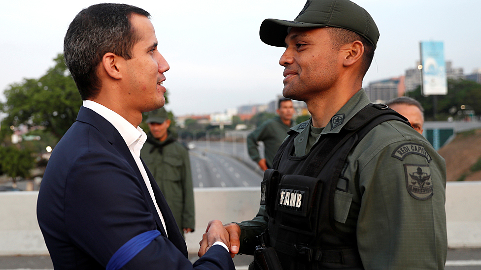 Juan Guaidó y un militar.