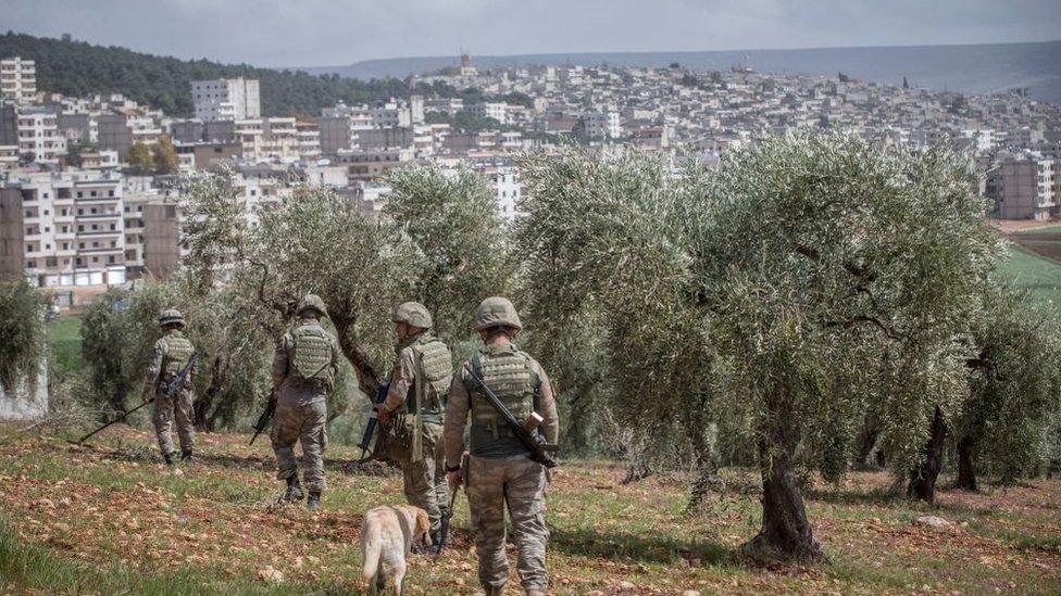 عناصر من الجيش التركي أثناء احتلال مدينة عفرين الكردية