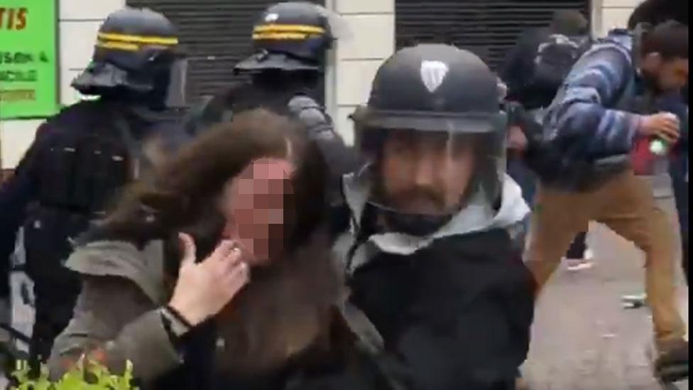 رجل يرتدي زي الشرطة يقال إنه مساعد ترامب