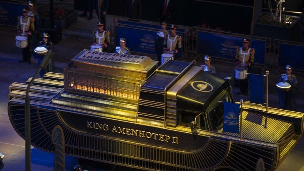 La momia del rey Amenhotep II es transportada a través de El Cairo