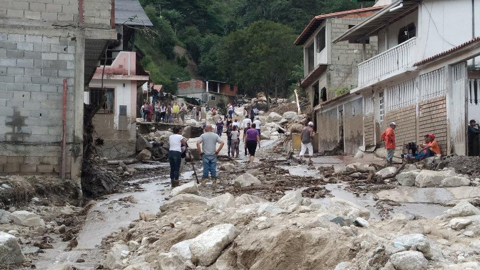 Calles con lodo y rocas en el pueblo de Tovar, Venezuela