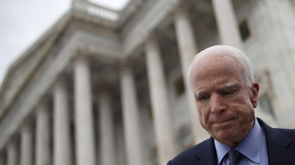 Смерть Маккейна: Білий дім повторно приспустив прапор після критики Трампа