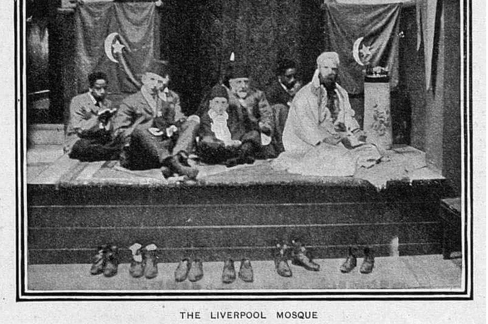 روبرت ستانلي (في المنتصف) مع عبد الله كويليام (يمين) في مسجد ليفربول