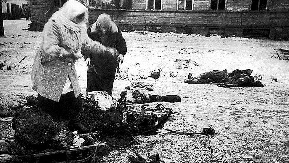 NO USAR / BBC Dos figuras femeninas recogen los restos de un caballo muerto para comer, durante el asedio de Leningrado.