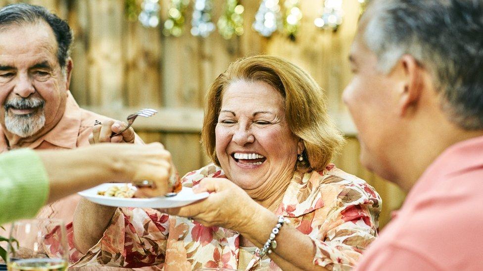 Personas mayores durante una cena