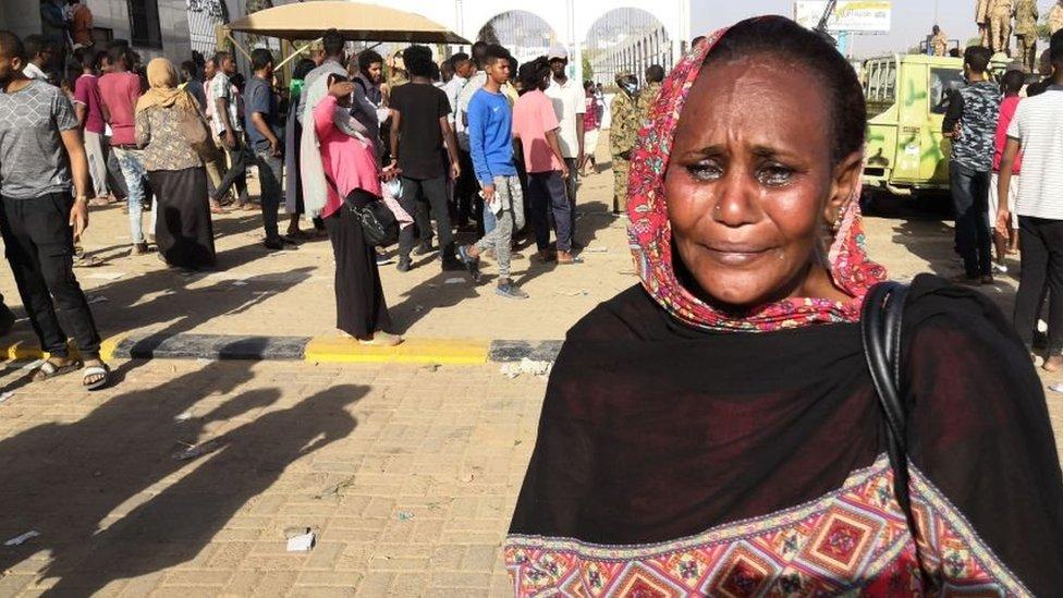 امرأة سودانية تنفعل في الاحتجاجات المستمرة في السودان وتجهش بالبكاء أمام مقر الجيش في 9 أبريل/نيسان 2019
