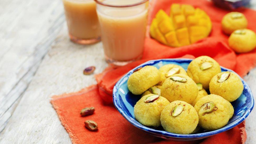 Dulces hechos con mango y pistacho