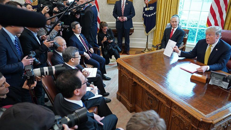 劉鶴的座位從以往的特朗普對面,移到特朗普身邊