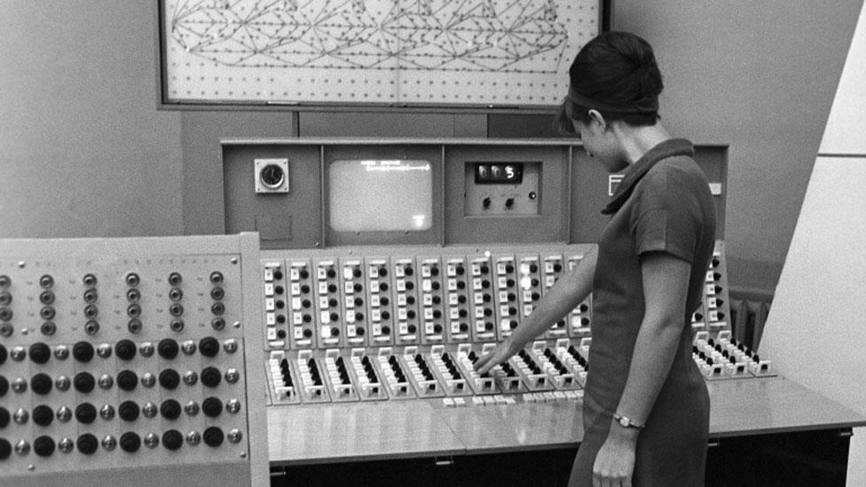 Mujer frente a una computadora en la URSS en 1968.