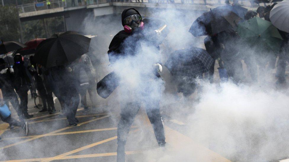 香港親政府建制派認為禁止示威者戴上面具,可以令他們作出暴力行為時,因為身份曝光而有所顧忌。