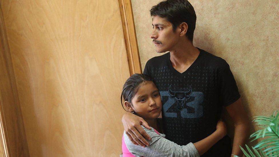 Una niña abraza a su padre luego de haber estado 2 meses separados.