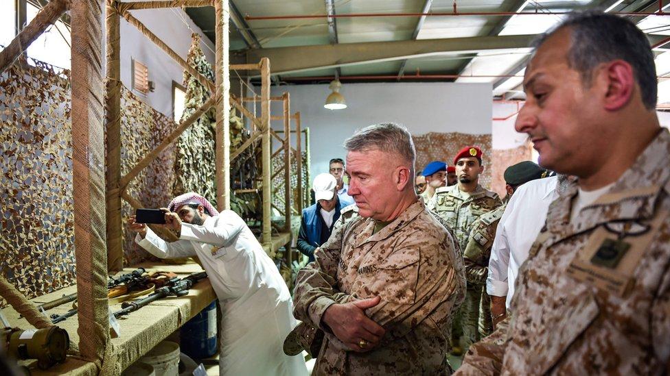 الجنرال كينيث ماكينزي رئيس القيادة المركزية للجيش الأمريكي برفقة قائد القوات المشتركة للتحالف في اليمن في قاعدة عسكرية سعودية