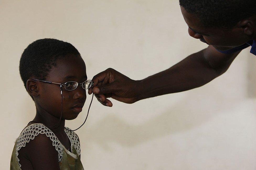 Un niño con su primer par de gafas en Togo