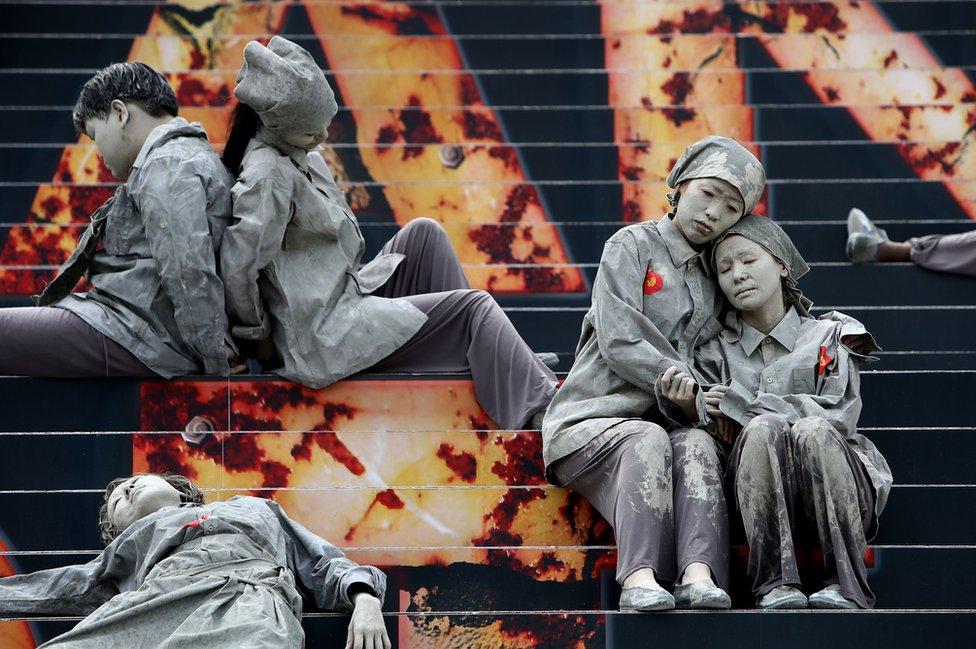 ممثلون من كوريا الجنوبية في سيول يحتفلون بالذكرى السبعين لانتفاضة جيجو، التي قيل إن الاشتباكات فيها بين قوات الحكومة والمقاتلين من أفراد حزب العمال أدت إلى قتل عشرات الآلاف من الأشخاص.