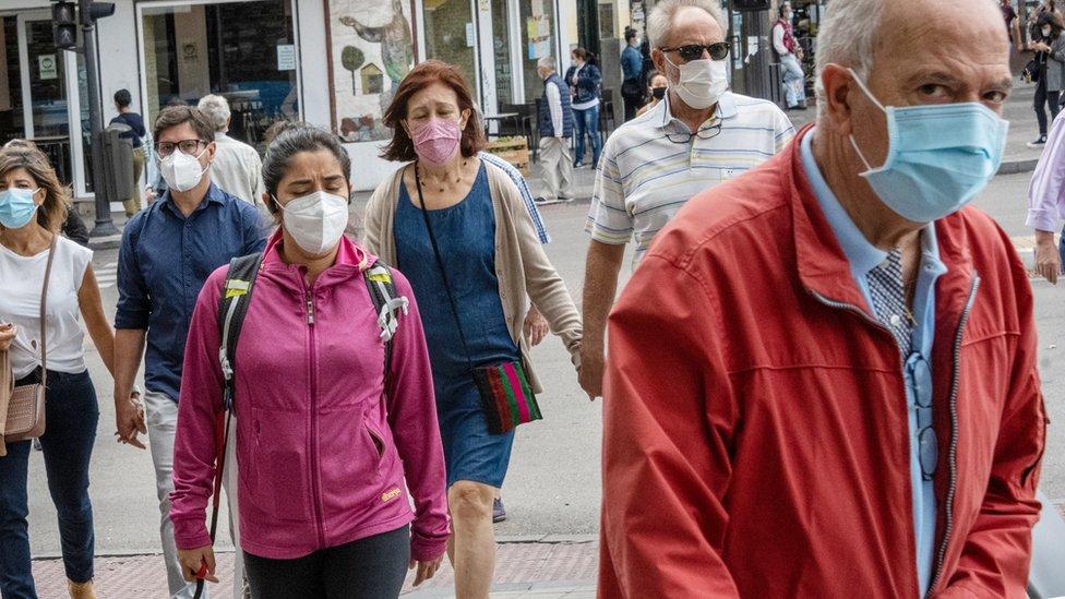 Personas con mascarilla caminando en la calle en Madrid
