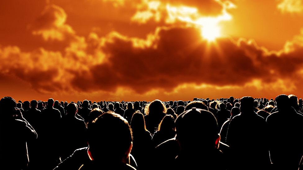 Mucha gente viendo el sol