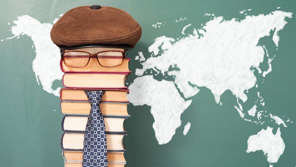 Ilustración de libros formando un rostro frente a una pizarra con los continentes.