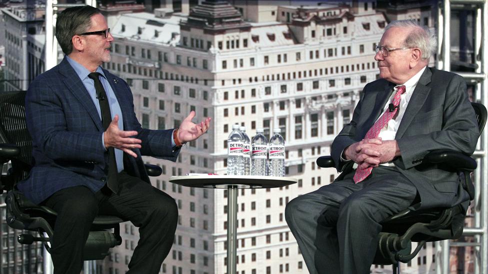 Gilbert entrevistó al gurú de los inversores Warren Buffett en una conferencia en Detroit, EE.UU. en 2014.