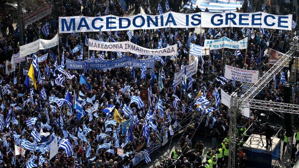 """""""Makedonya Yunandır Yunan kalacak"""" sloganlı Atina protestolarından bir fotoğraf"""