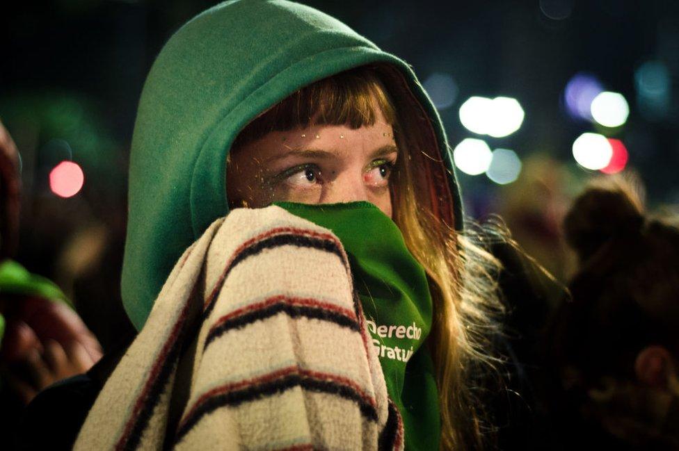 Manifestante a favor del aborto en Argentina.