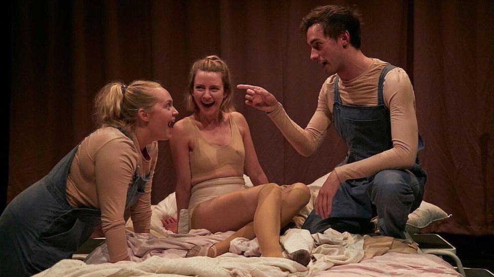 """Una escena de la obra de teatro""""La piel del gato"""" de Isley Lynn."""