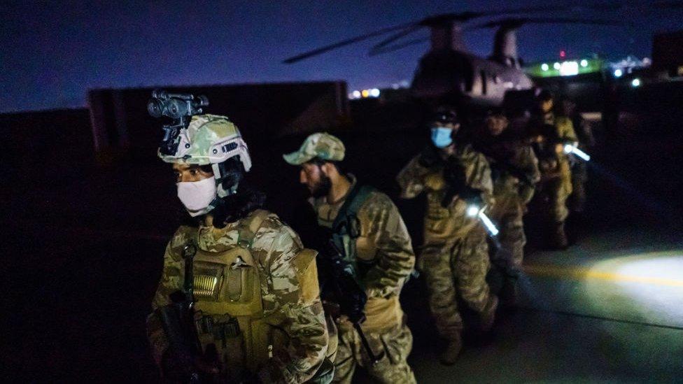 周二早些時候,塔利班武裝分子進入喀布爾機場時,迅速使用了廢棄的美軍軍事裝備。