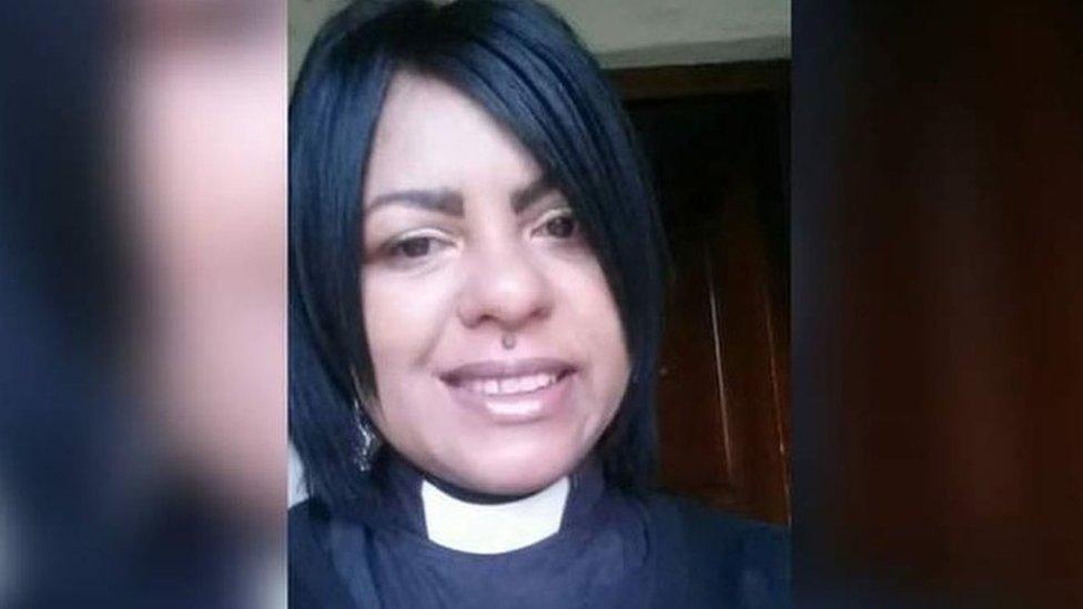 La reverenda June Major en una selfie con su collar de sacerdote puesto. Ella dice que un sacerdote de la iglesia anglicana la violó en 2002