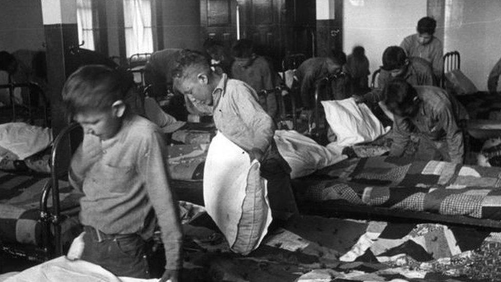أطفال من السكان الأصليين في مدرسة داخلية في كندا عام 1950