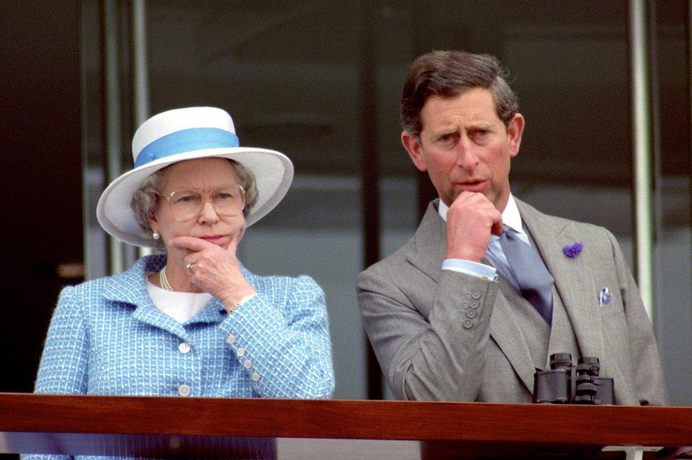 Sa majkom, kraljicom Elizabetom Drugom, na trkama