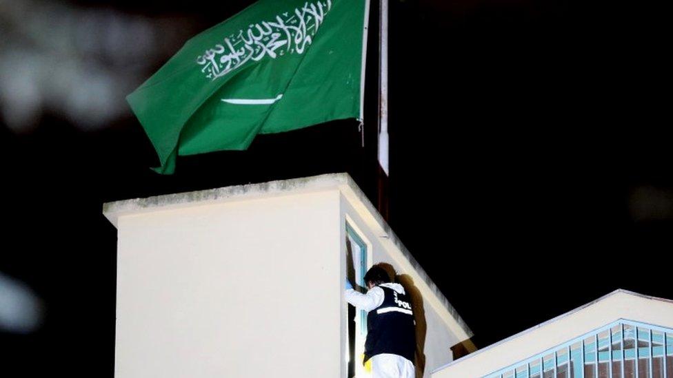 Turski policajci pretražuju saudijsku ambasadu u Istanbulu