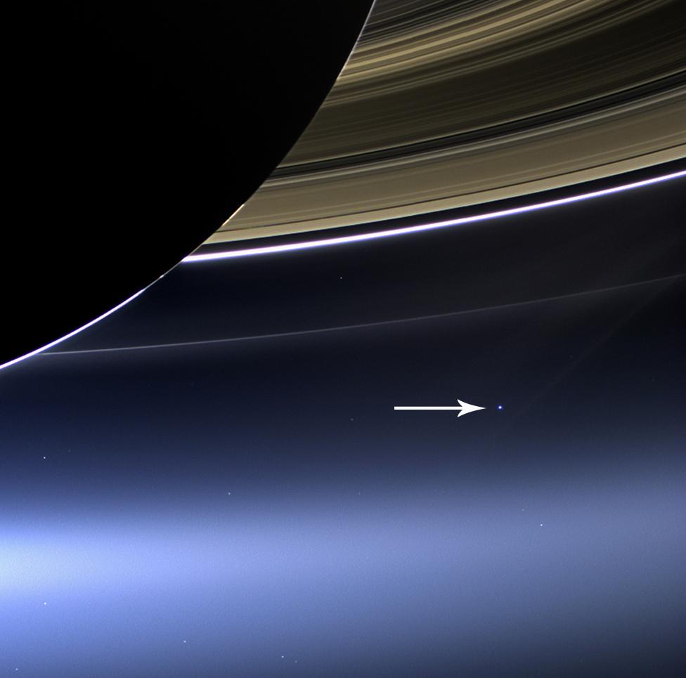 Saturno y la Tierra.