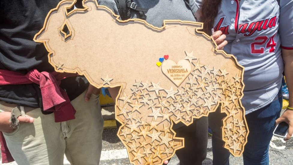 Jóvenes con un mapa de Venezuela.
