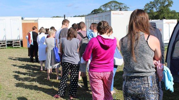 Mae dechrau'r diwrnod yn golygu ciwio am gawod ar y maes carafanau // A new day means joining the queue for the showers on the caravan park