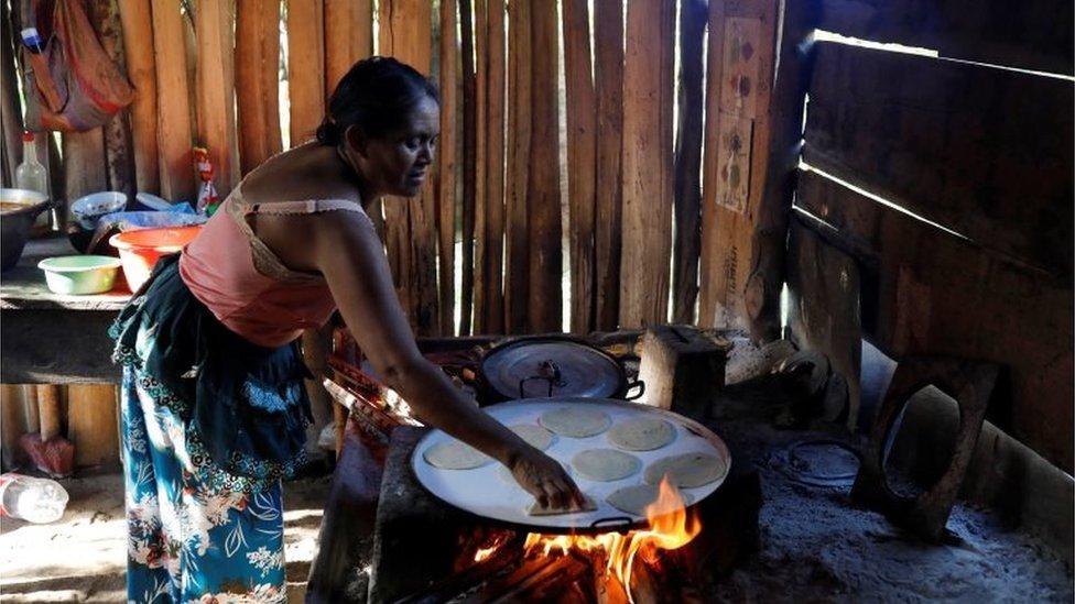 Mujer de El Estor cocinando