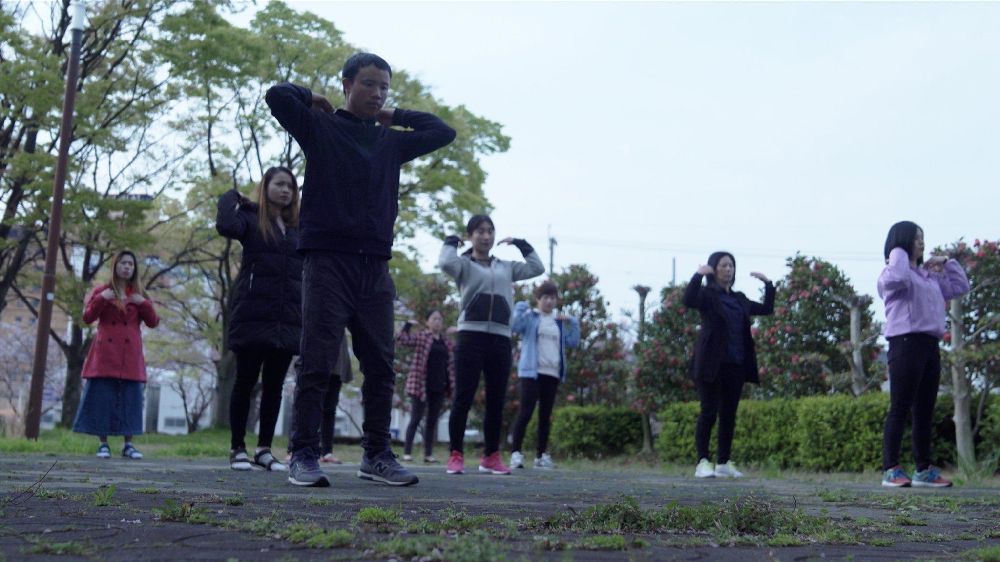Pekerja migran di Jepang melakukan senam pagi di taman dekat penampungan tempat mereka tinggal.