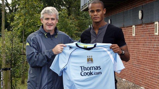 Vincent Kompany con Mark Hughes, entonces entrenador de Manchester City