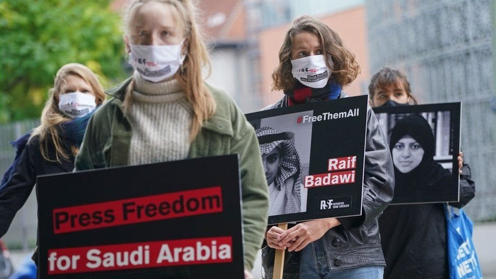 Protes menentang penangkapan aktivis perempuan Saudi.