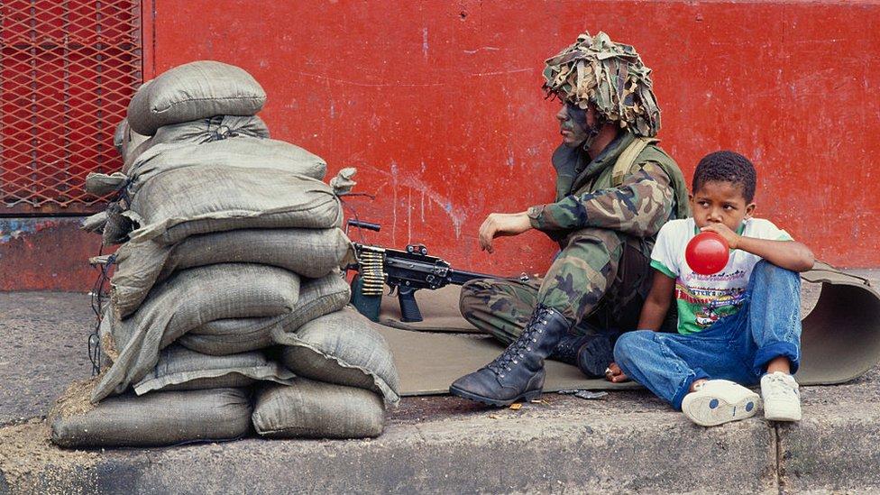 Soldado y niño en las calles de Panamá, 1 de enero de 1990