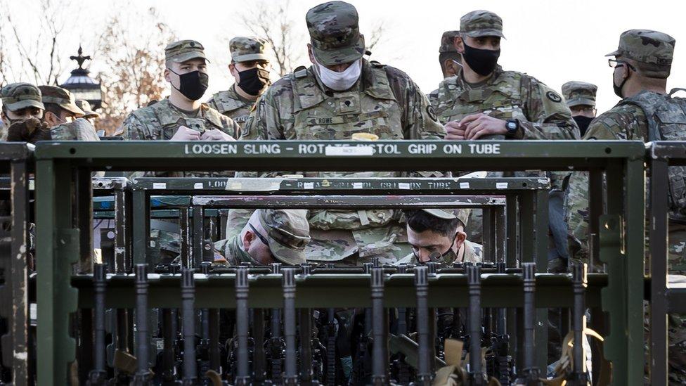 Soldados de la Guardia Nacional frente a una valla