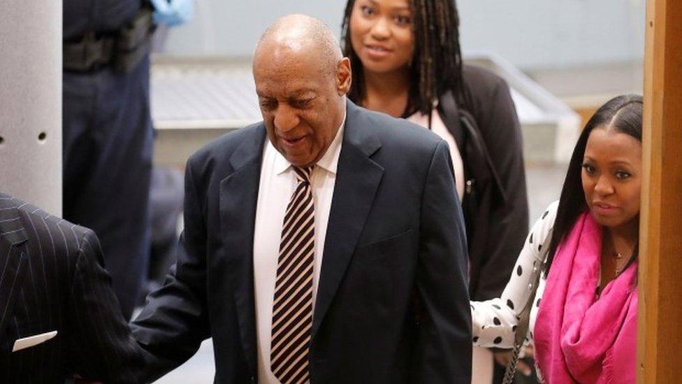 Bill Cosby llega a la corte.
