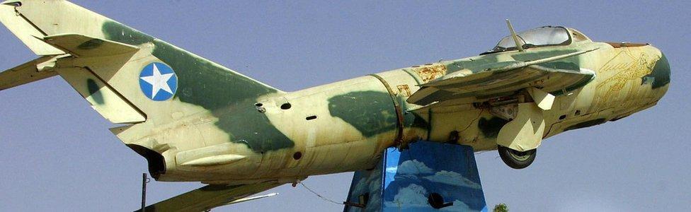 Sebuah jet tempur mig buatan Rusia yang digunakan pada tahun 1989 terlihat tergantung di Hargeisa sebagai monumen peringatan.