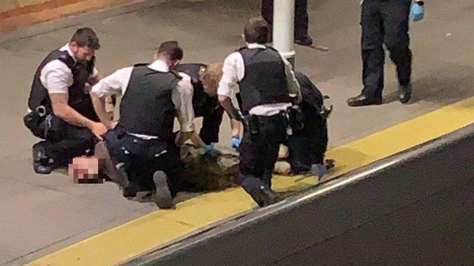 الشرطة البريطانية لحظة القاء القبض على الرجل