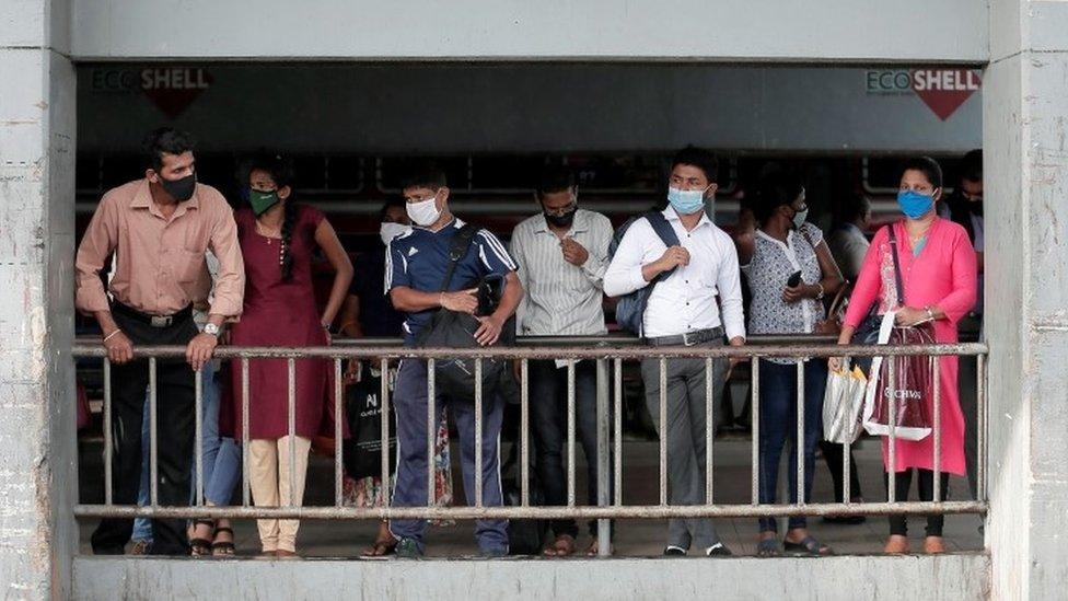 ركاب في انتظار حافلة في سريلانكا