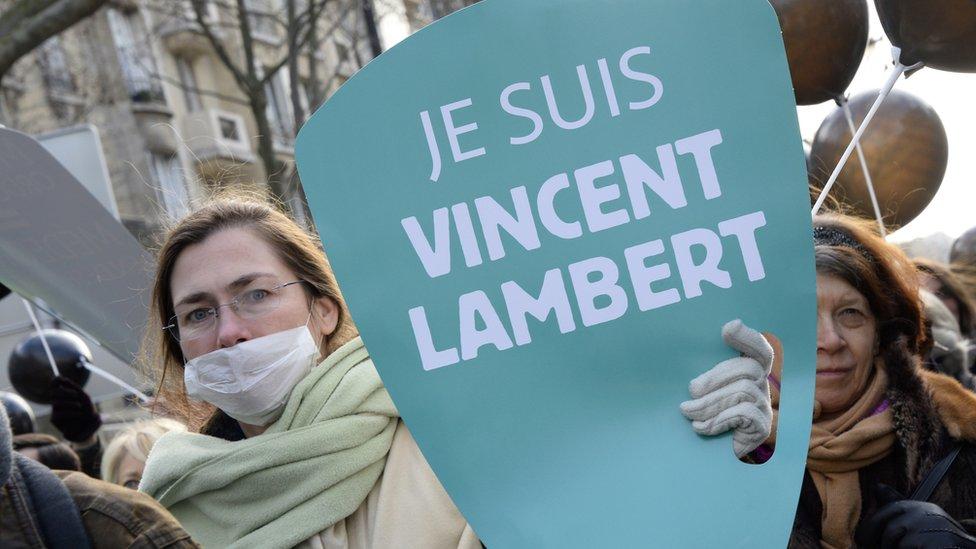 Una mujer protesta por el caso Lambert.