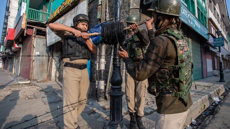 Soldiers prepare barricades in Srinagar
