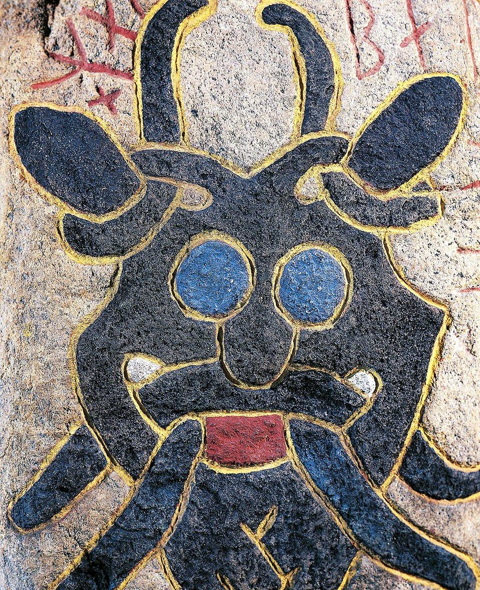 Piedra rúnica con relieve policromado que representa una máscara de una divinidad que hace muecas, Aarhus, Jutlandia, Dinamarca. Civilización vikinga, siglos X-XI.