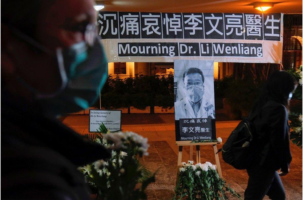 香港民眾舉行了悼念李文亮醫生的燭光守夜活動
