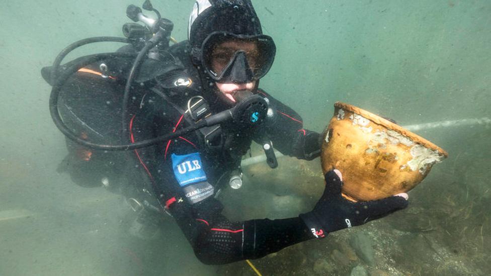 Arqueólogo marino con una vasija