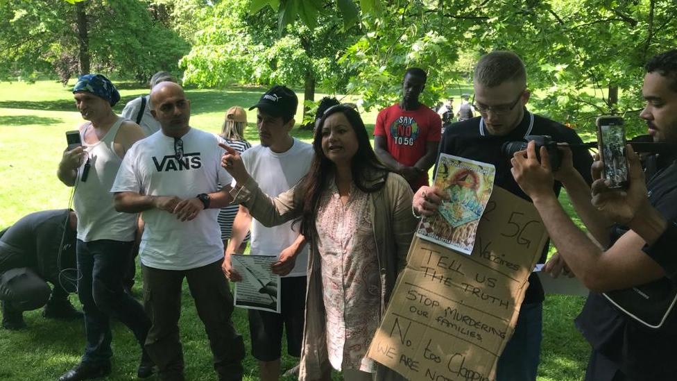Manifestantes promoviendo teorías conspirativas sobre vacunas y el 5G en una protesta en el parque St. James, en Londres.