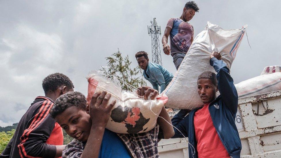 مدنيون نزحوا بسبب القتال في شمالي إثيوبيا يحملون الطعام والإمدادات من شاحنة في مدرسة في ديسي، إثيوبيا، في 23 أغسطس / آب 2021